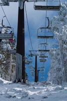 Skisessellift mit Skifahrern. Skigebiet in, Navacerrada, Spanien foto