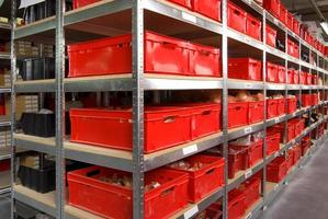 Abstellraum mit Kisten und Regalen foto