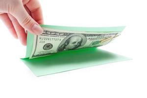 Geld in der Postkarte, Öffnung von Hand foto