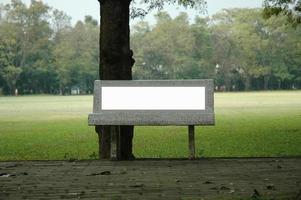 Bank Plakatwand im Park foto