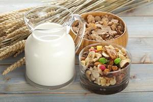 Müsli mit Früchten und Nüssen und Milchkrug foto