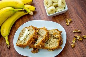 frisches gebuttertes Bananen-Walnuss-Brot foto