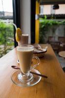 Tasse heißen Cappuccino mit Schokoladenbananen-Smoothie und Brot
