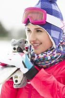 junge Erwachsene spielen im Winter Ski- und Snowboardschnee