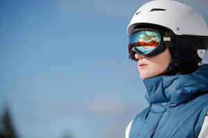 weibliche Snowboarderin gegen Sonne und Himmel foto