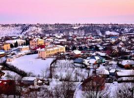 Dorf im Sonnenaufgang Licht