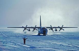 mit Ski ausgestattete c-130 foto