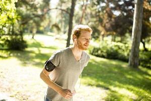 junger Mann läuft im Freien