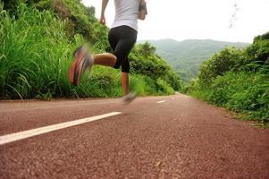Läufer Athlet läuft Morgen Trail foto