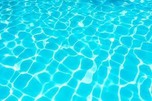 schöne Wasseroberfläche im Schwimmbad foto