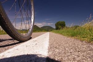 Fahrradrad auf einem Radweg foto