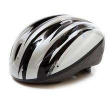 grauer Fahrradhelm auf weißem Hintergrund foto