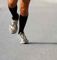 Läufer mit Turnschuhen während des Marathons foto