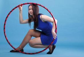 Sport Mädchen Fitness Frau tanzen mit Hula Hoop foto