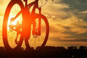schöne Nahaufnahme Szene des Fahrrads bei Sonnenuntergang, foto