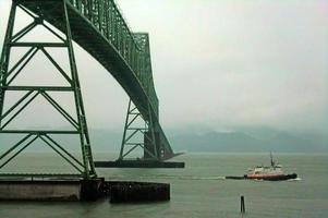 Astoria-Megler-Brücke und Schlepper foto