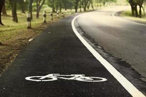 Straße für Fahrräder, Sonnenuntergang foto
