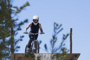 BMX Biker bereit zu springen foto
