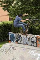 städtischer Radfahrer foto