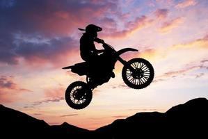 Silhouette des Motorradfahrers foto
