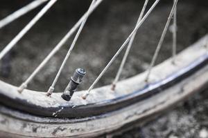 schlammiger Reifen eines Mountainbikes foto