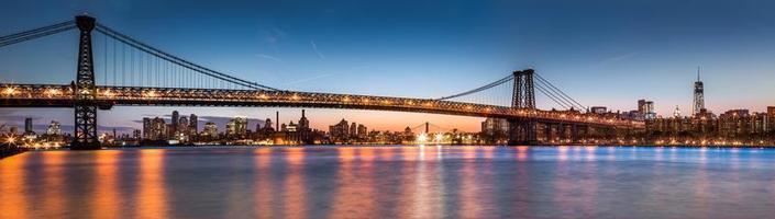 Williamsburg Brückenpanorama in der Abenddämmerung foto