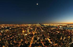 Lower Manhattan in der Nacht unter Vollmond foto