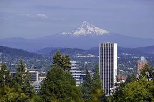 montieren Sie die Haube mit Portland im Vordergrund, Oregon