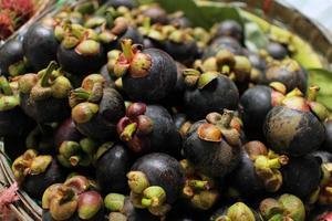 frische Mangostanfrucht auf dem Flussmarkt foto