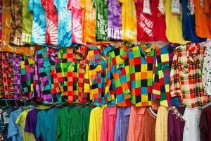 farbige Kleidung auf dem Markt foto