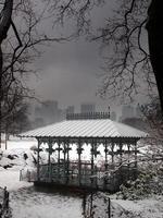 Der Winterschnee bedeckt den Damenpavillon im Central Park.