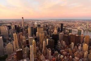 NYC mit städtischen Wolkenkratzern bei Sonnenuntergang