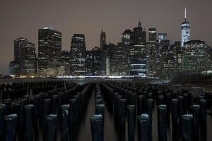 Lower Manhattan Skyline Nachtansicht vom Brooklyn Bridge Park foto