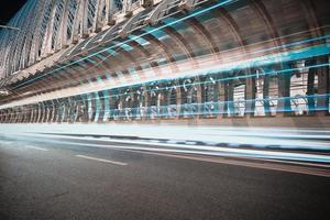 Stadtstraße Eisenbrücke der Nachtszene