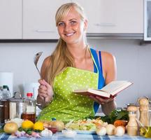 Frau, die Gemüse mit neuem Rezept kocht