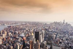 Luftaufnahme der Skyline von Manhattan bei Sonnenuntergang, New York City