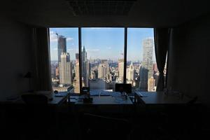 Blick auf das Panorama der Stadt New York durch das Bürofenster foto