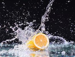 Makro Wasserspritzer auf Zitrone. Wassertropfen mit saftiger Zitrone foto