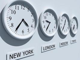 vier Uhren mit unterschiedlichen Zeitzonen
