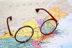 Brille auf einer Karte von USA - New York foto