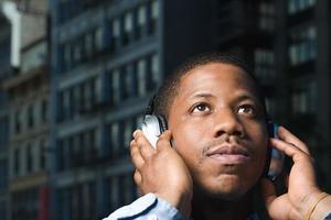 Mann hört Kopfhörer foto