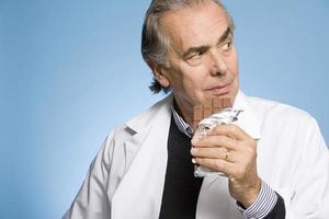 Arzt isst Schokolade foto
