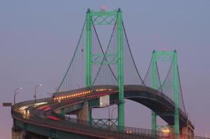 Vincent Thomas Bridge in der Abenddämmerung mit Autolichtspuren foto