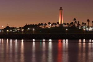 bunter Leuchtturm am Meer foto