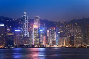 Blick auf die Skyline der Stadt Hongkong in der Bucht von Victoria foto