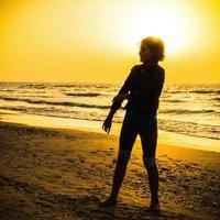 Mädchen spielt während des Sonnenuntergangs in Herzliya Beach, Israel 3 foto