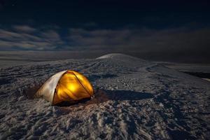 Camping während der Winterwanderung in den Karpaten foto