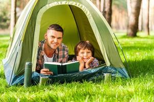 Zusammen campen macht Spaß. foto