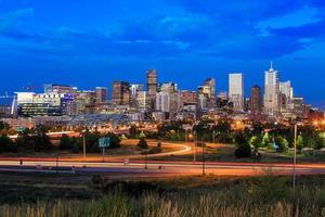 Denver Skyline Langzeitbelichtung in der Dämmerung.