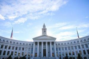 Regierungsgebäude in der Innenstadt mit vielen Säulen foto
